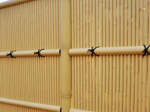 縄を掛けた垣根