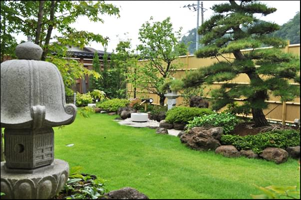 垣根を背景とした和風のお庭