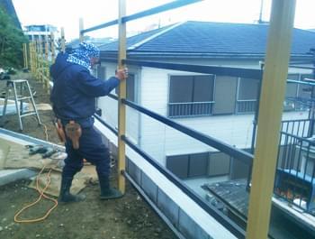 胴縁が取り付けられた垣根