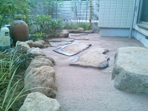 主庭へも舗装材を敷き均し