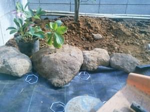 砂利止めを兼ねる鳥海石