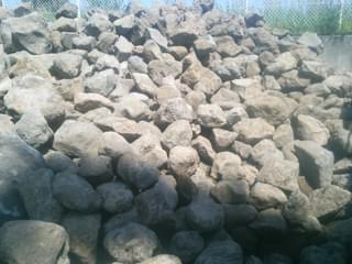 積み上げられた鳥海石の山