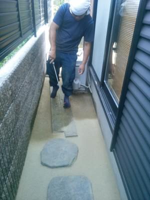 敷き均した舗装材へ散水