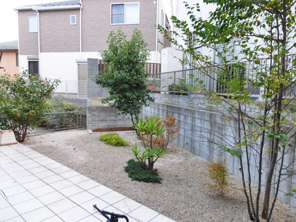 雑草対策作業の完了したお庭