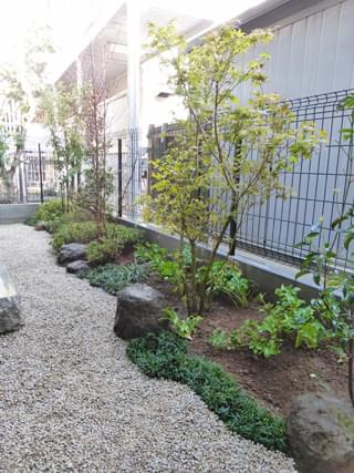 曲線を引き立てる庭石
