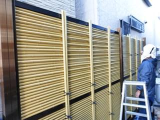 上段の人工竹材を積み上げ