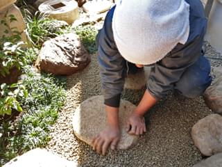 錆砂利を敷き込みます