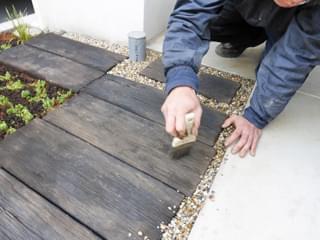 雑草対策コンクリート部へ砂利敷き
