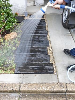 小庭全体を散水洗浄