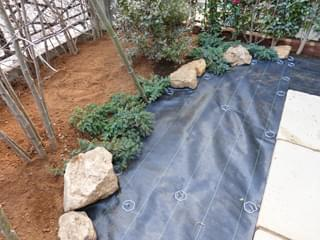 防草シートを敷き終わったお庭