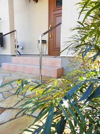 玄関前を彩るマホニアコンフューサ