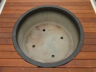 ウッドデッキに埋め込まれた大型円形プランター