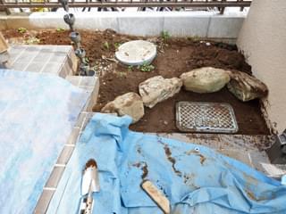 既存の庭石を組んで傾斜を段差に変えて整理します