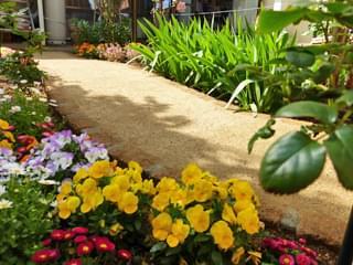 季節の花に囲まれた園路