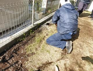 花壇部分の芝生を撤去
