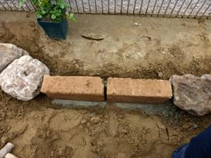庭石(鳥海石)と縁石のつなぎ