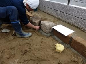 庭石の目地セメント詰め