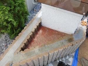 三角コーナーへ固まる土を施工