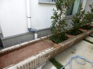 雑草対策を施工した花壇