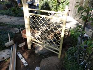 立て付けた枝折り戸の様子
