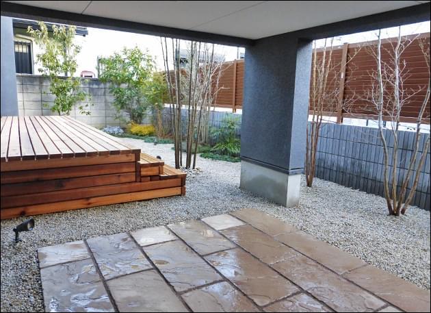 多目的テラスと主庭の風景