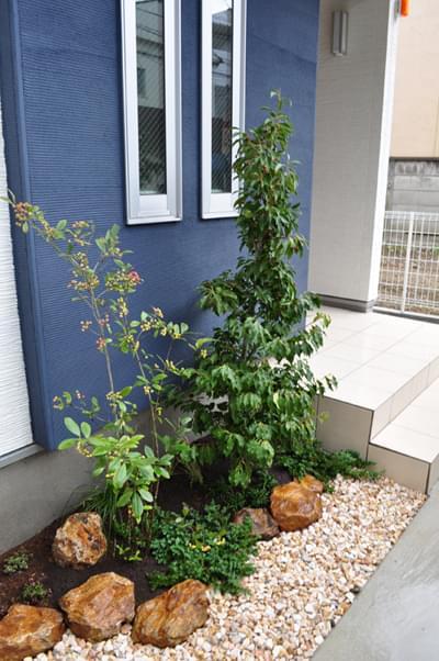 完成した玄関前の小さな洋庭