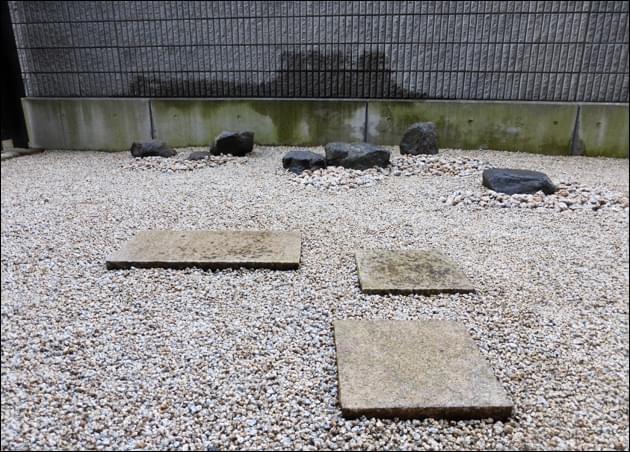 立体感を追求した庭石の配石