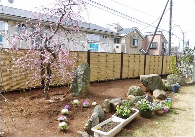 伸びやかにお庭を明るくする人工竹垣