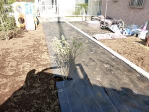 防草シートの敷き込み