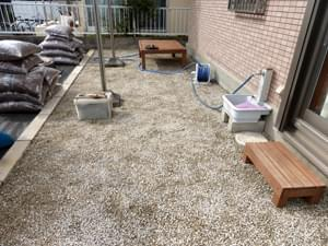 錆砂利を敷き込んで完成した物干しスペース