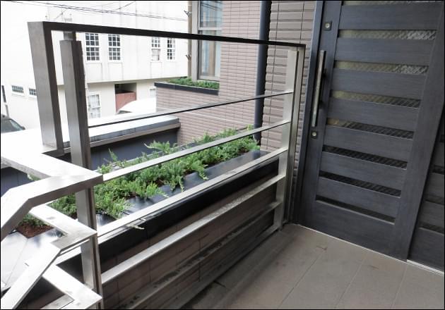 玄関横のプランターへの植栽状況