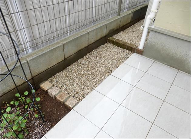 玄関前の砂利留め施工