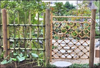 庭へ設けた四つ目垣と枝折戸
