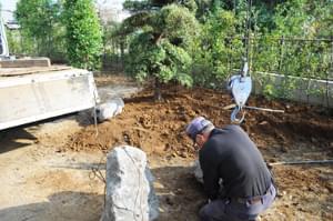 所定の位置へ庭石を据付