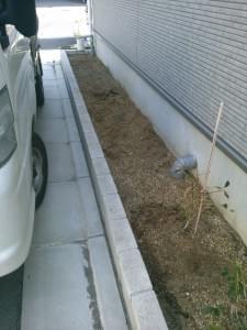 道路に面した、細長い形状の花壇