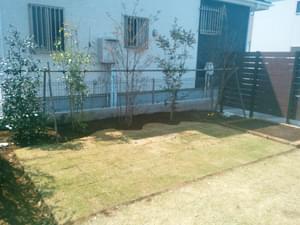 フェンスで落ち着きのあるお庭に