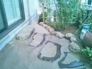 散水をして仕上がった主庭の雑草対策