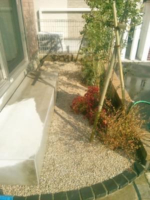 砂利敷きを終えたお庭