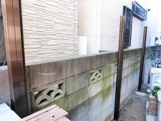垣根のアルミ柱を据え付け