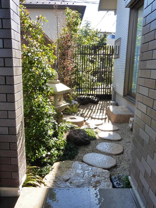 施工を終えたお庭を玄関から
