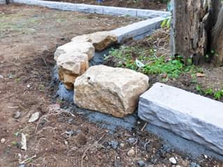 角を柔らかく見せる庭石組み