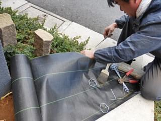 防草シートの敷き込み施工