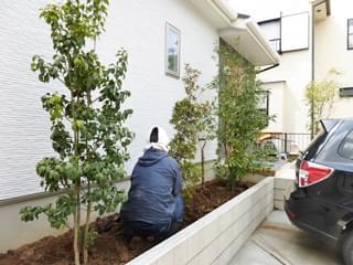 お住まい外壁前へ更に植栽