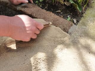 隅々は「固まる土」を押し込むように施工