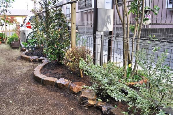 花壇と植栽の全景