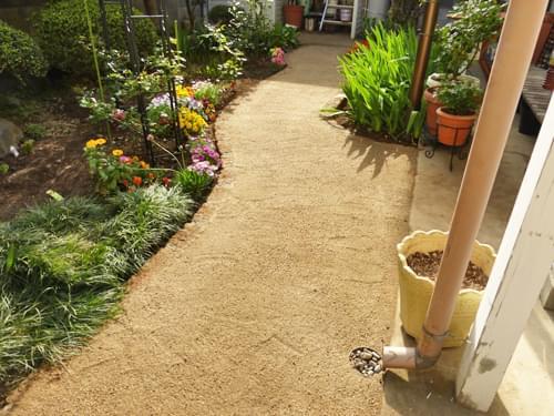庭の奥へ続く園路