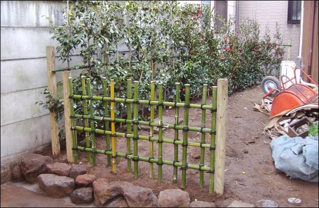造園に先立ち組み上げた四つ目垣