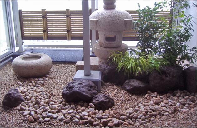 岬燈篭と枯山水でデザインされたバルコニーの坪庭