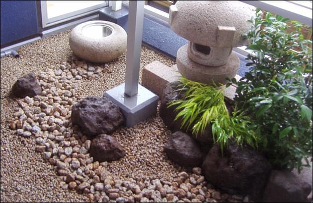 手水鉢から小庭を進む枯れ流れ