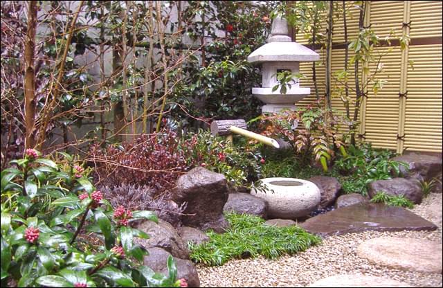 日陰らしさを美しく表現する小さな庭